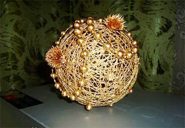 елочный шар из ниток