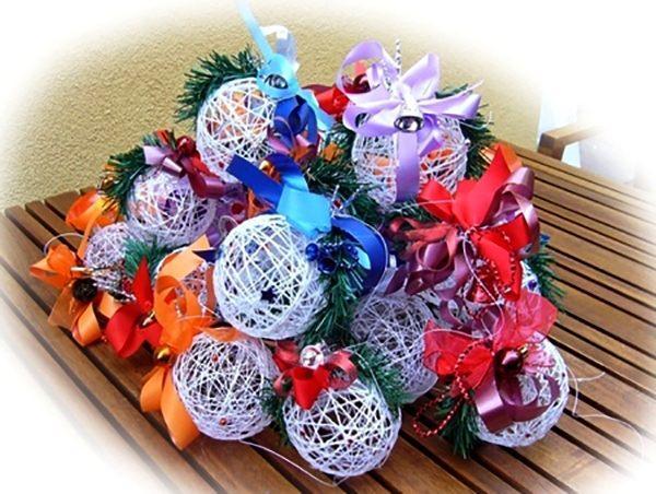 композиция из нитяных шаров